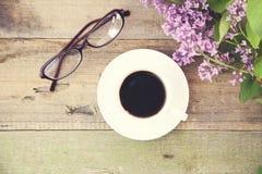 Koffie, glazen en sering Stock Fotografie