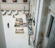 Koffie in Groot Hof, British Museum, zoals die hierboven wordt gezien van, Londen, Engeland, het UK Stock Foto
