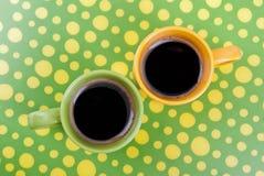 Koffie in het groene en gele plaatsen Stock Foto's