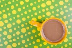 Koffie in het groene en gele plaatsen Royalty-vrije Stock Foto's