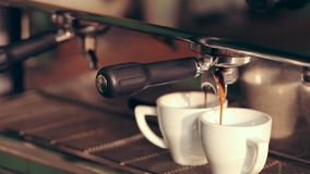 Koffie het maken - professionele koffiemachine stock video