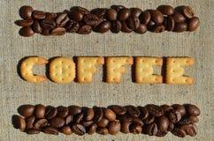 Koffie Het woord van de eetbare brieven ligt op het grijze canvas Royalty-vrije Stock Fotografie
