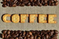 Koffie Het woord van de eetbare brieven ligt op het grijze canvas Royalty-vrije Stock Afbeelding