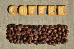 Koffie Het woord van de eetbare brieven ligt op het grijze canvas Royalty-vrije Stock Foto's