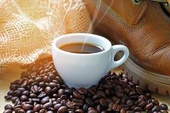 Koffie houten achtergrond en Geweven manden en zakken van koffiebea Stock Foto