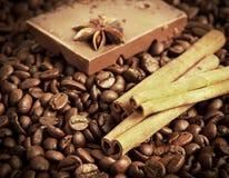 Koffie, kaneel en chocolade Stock Afbeeldingen