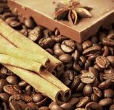 Koffie, kaneel en chocolade Stock Foto's