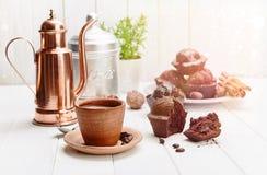 Koffie in kleikop met chocolademuffin Stock Afbeeldingen
