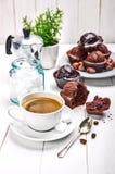 Koffie in kleikop met chocolademuffin stock afbeelding