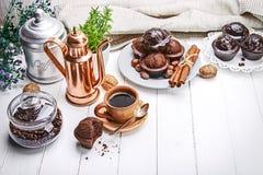 Koffie in kleikop met chocolademuffin stock foto
