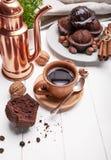 Koffie in kleikop met chocolademuffin Royalty-vrije Stock Fotografie
