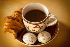 Koffie, koekjes, één croissant en een Kerstmisbloem stock afbeeldingen