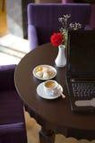 Koffie, koekjes en Laptop Stock Foto