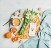 Koffie, koekjes, sinaasappelen, bloemen, mobiele telefoon met woord omhoog Kielzog royalty-vrije stock afbeeldingen