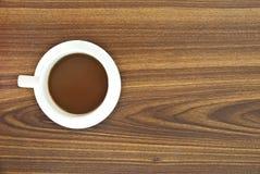 Koffie in kop op houten. Royalty-vrije Stock Afbeeldingen