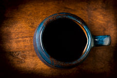 Koffie in kop van de grunge de blauwe klei Royalty-vrije Stock Foto