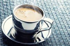 Koffie Kop van koffie Roestvrij staalkop koffie en twee croissants Koffiepauze bedrijfsonderbreking Royalty-vrije Stock Afbeelding