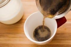Koffie in kop wordt gegoten die Royalty-vrije Stock Foto