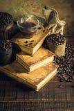 Koffie in kopglas op oude boeken en oude houten vloer royalty-vrije stock afbeelding