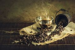 Koffie in kopglas op oude uitstekende houten vloer royalty-vrije stock fotografie