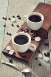 Koffie in koppen met koffiebonen Stock Foto