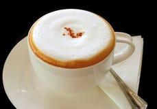 Koffie latte of cappuccino's in een kop royalty-vrije stock afbeelding