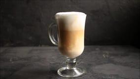 Koffie latte in een transparante kopcappuccino, dessert het koken procédé Hoogste Voedselachtergrond stock videobeelden