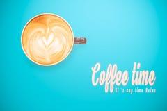 Koffie latte kunst op de blauwe kleurenachtergrond, zachte uitstekende toon Stock Foto