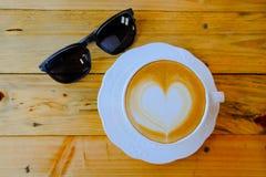 Koffie latte kunst op houten lijstkop Royalty-vrije Stock Foto's