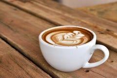 Koffie latte kunst in witte koffiekop Stock Foto