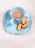 Koffie latte met amandelbiscotti Stock Fotografie