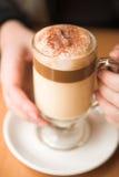 Koffie latte op een lijst stock fotografie