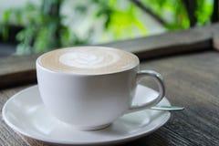 Koffie latte op korrel houten lijst openlucht Stock Fotografie