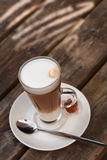 Koffie Latte op oude houten lijst stock fotografie
