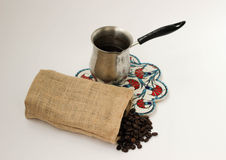 Koffie in linnenzak en cezve Stock Foto's