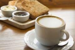Koffie, melk en brood Stock Afbeelding