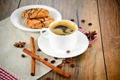 Koffie met Bakkerij op Woody Retro Background Royalty-vrije Stock Foto's