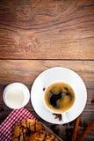 Koffie met Bakkerij op Woody Retro Background Stock Foto's