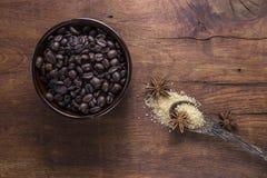 Koffie met bruine suiker en anijsplant op oude houten achtergrond Stock Afbeeldingen