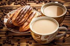 Koffie met cake op bruine houten lijst Royalty-vrije Stock Foto