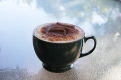 Koffie met chocolade op bovenkant Royalty-vrije Stock Afbeeldingen