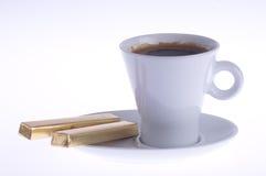 Koffie met chocolade op een schotel royalty-vrije stock afbeeldingen