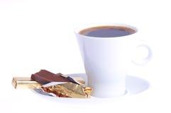 Koffie met chocolade op een schotel stock foto