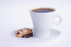 Koffie met croissant en chocolade op een schotel royalty-vrije stock foto's