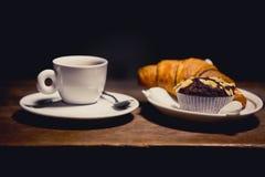 Koffie met croissant en muffin Zoet ontbijt, koffie met woestijn Royalty-vrije Stock Afbeelding