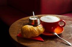 Koffie met croissant en suikerkom in een koffie Stock Foto's
