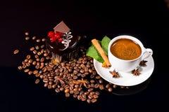 Koffie met Donkere Chocoladecake en Geroosterde Bonen Stock Afbeelding