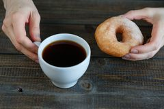 Koffie met donuts stock foto's