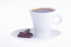 Koffie met drie chocolade op een schotel stock fotografie