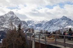 Koffie met een mooie mening van het Dolomiet, Italië - Sexten Sesto, Puster-Vallei, Zuid-Tirol stock afbeeldingen